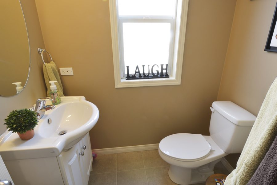 8920 98 Ave Main Floor Bath